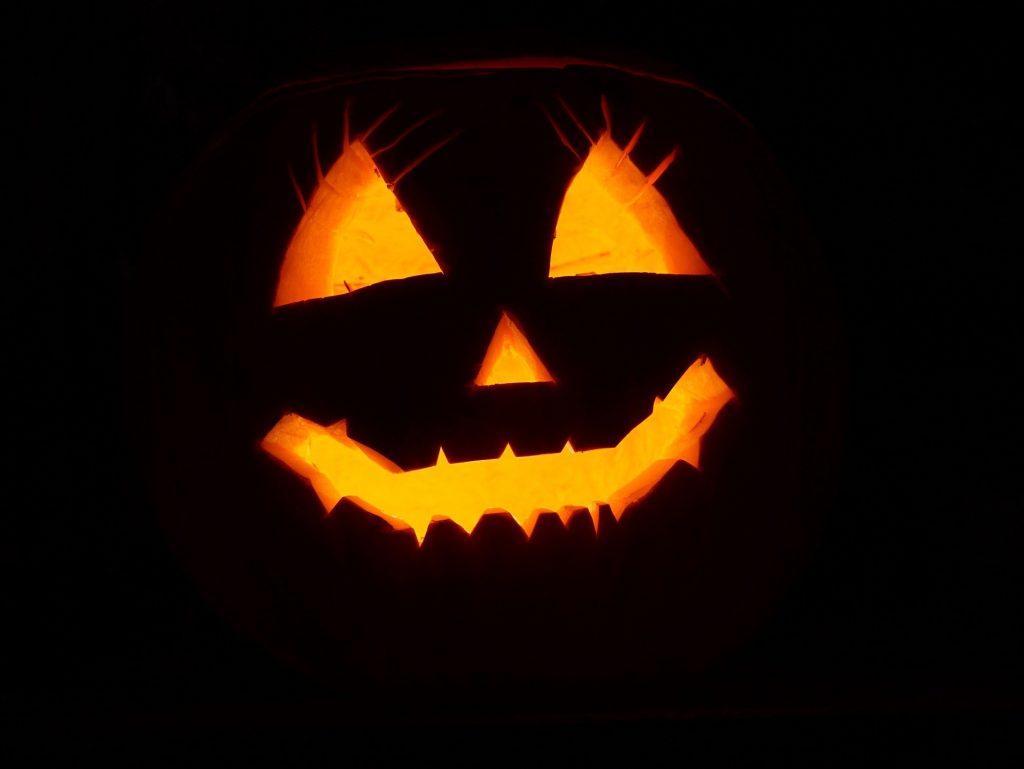 Halloween staat natuurlijk bekend als een herfstfeest. Het vindt jaarlijks plaats op 31 oktober en is vooral populair in Amerika. De afbeelding is een bijzondere beeld van de uitkervingen uit de pompoen, via waar het licht er doorheen schijnt.